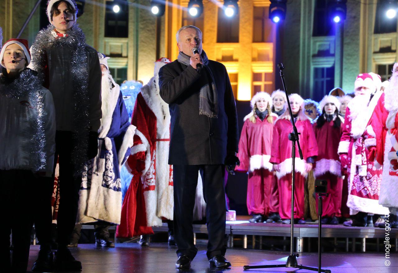 Зажжение огней на главной елке и большой праздничный концерт: в Могилеве положен старт новогодним и рождественским мероприятиям